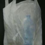 Plastic tas met blauwe fles