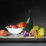Stilleven met pruimen en druivenblad