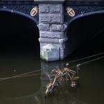 Fiets te water aan de Hogesluis te Amsterdam