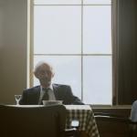 Oude man met borrel in Zeemanshuis - Egmond aan zee