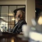 Oude man in zeemanshuis te Egmond aan zee