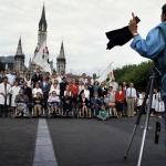 Collega in Lourdes portretteerd groepen bedevaartgangers