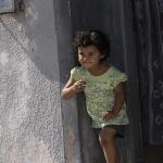 Meisje in deuropening Marokko