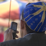Man met mobieltje - Marokko