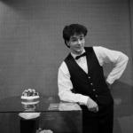 Kelner in PIMMS' PUB
