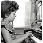 Ik achter de piano