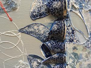 In de serie assemblages krijgen roestige of organische vondsten een tweede leven op doek. Voorwerpen uit hun context gerukt, laten zo een nieuw beeld zien.