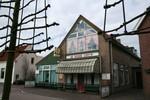 Cafe-Restaurant de Rode Leeuw die beroemd was in Oegstgeest en omgeving, heeft plaats gemaakt voor nieuwe appartementen. Gelukkig heb ik nog wat foto`s ......