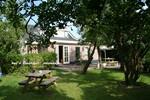 Oegstgeest ligt aan de rand van Leiden en Warmond. Het is een mooie gemeente met monumentale woningen en 2 kastelen. Kasteel Oud Poelgeest en kasteel Endegeest. In Oegstgeest kunt u onthaasten d.m.v een wandeling en/of fietstocht. U kunt genieten van een gastvrij verbliif bij Bed & Breakfast Henneke.