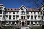 Het Gemeentehuis is sinds 1999 gevestigt in het voormalig Sanatorium Rhijngeest, ook wel Jelgersma kliniek genoemd. Het gebouw is geheel gerenoveerd. Op het terrein staan ook nog het voormalige doktershuis, en het voormalig sanatorium voor vrouwen. Ook die panden zijn gerestaureerd door de huidige bewoners.