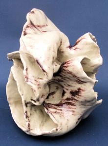 Organische kleisculpturen. Ik maak in deze serie gebruik van verschillende soorten klei, decoratie en stooktechnieken. Kennmerken uit vorige werken komen weer regelmatig terug