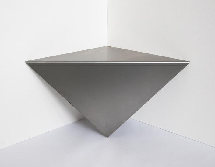 Gevouwen vierkant, staand in de hoek