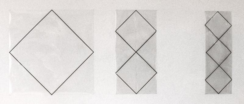 Drie identieke vierkanten waarvan twee verschillend gevouwen