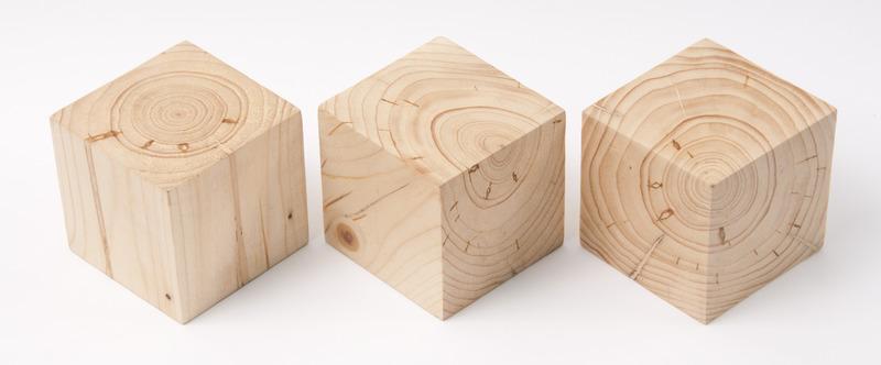 Drie evengrote kubussen van hout, verschillend gezaagd