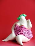De serie dikke dames in badpak, is gemaakt van fijne chamotteklei, afgewerkt met engobes en glazuren