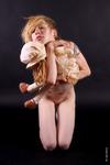 De verlatenheid van een vergeten plaats bewoont door een meisje en haar pop.