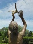 Jul is één van de vaste waarden in Vlaanderen. De kwaliteit van zijn bronzen beelden straalt een tijdloze elegantie uit. Jul weet z'n creatieve verhalen gevoelig om te zetten in brons, met een tederheid die velen raakt.