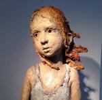 De bronzen beelden van Jurga tonen een expressie, humor, eenvoud, zin voor detail en suggestieve kracht die de kenmerken vormen van een geslaagd figuratief kunstwerk. De eigenzinnige patine maakt haar werken echter perfect hedendaags. Ondanks hun ruwe oppervlak tonen ze een hoge graad van tederheid en menselijkheid.
