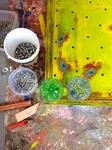 In de werken van toegepaste kunst is vooral gerecycled kunststof gebruikt. dat kan zijn een lege petfles ( plastic drinkfles ) tot een oud stuk nylon. Heel leuk en uniek is om de zien dat er ook LED verlichting In het kunstwerk is aangebracht.