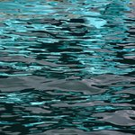 Reflectie of spiegelingen van allerlei aard. Vaak kleurrijk of vol vormen en lijnen.