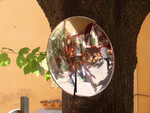 spiegels reflecteren de realiteit onder een al dan niet vervormde ander perspectief.